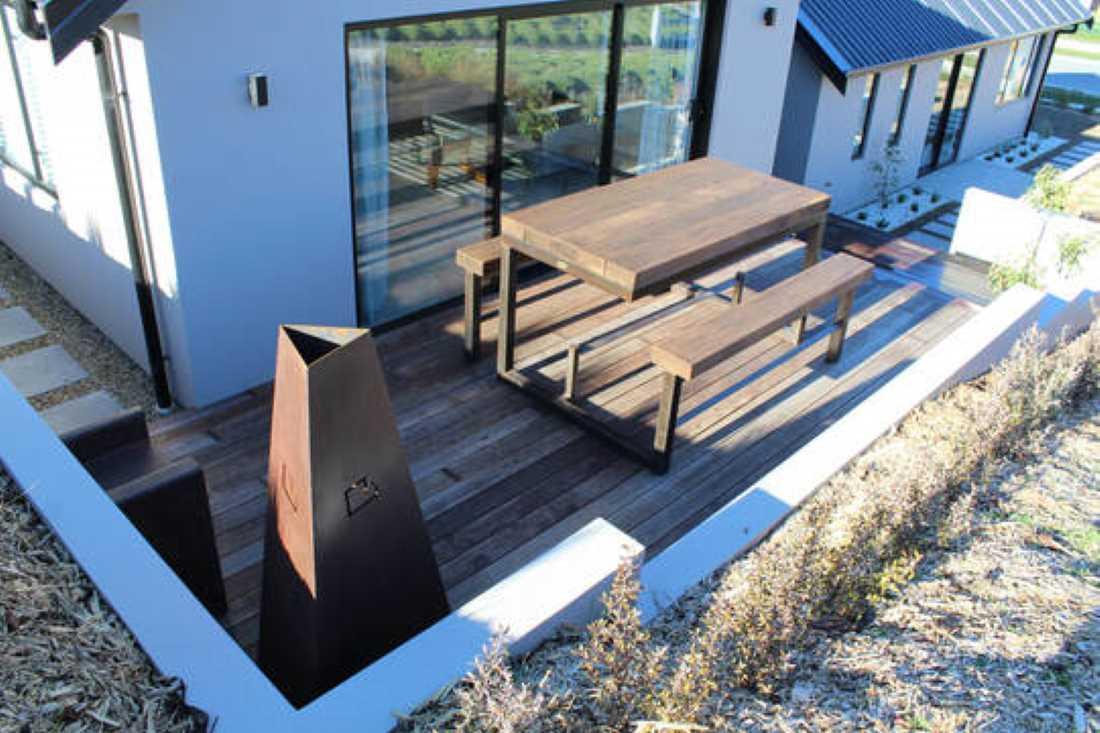 Bar Leaner rustic table